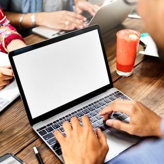 Gente conexión portátil copia espacio maqueta concepto