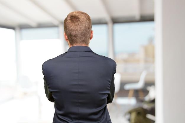 La gente confía ejecutivo detrás de sexo masculino