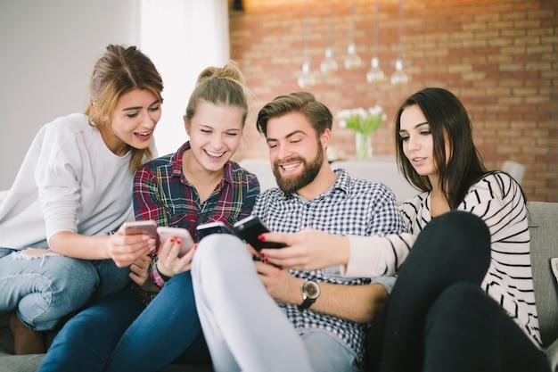 Gente contenida que disfruta de teléfonos inteligentes