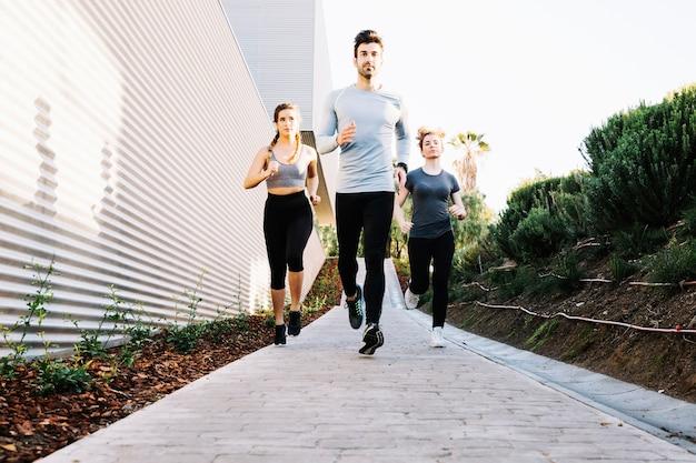 Gente corriendo en el camino