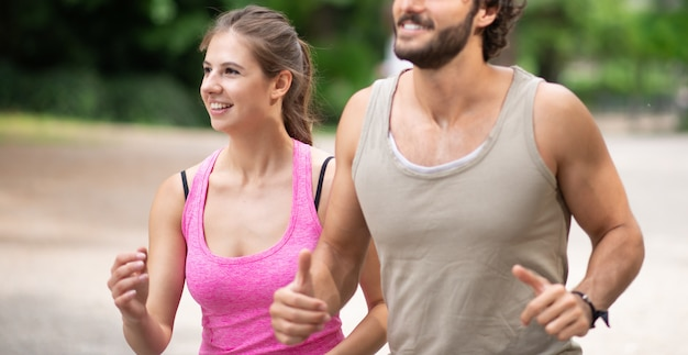 Gente corriendo en un parque, cardio y resistencia al aire libre. poca profundidad de campo