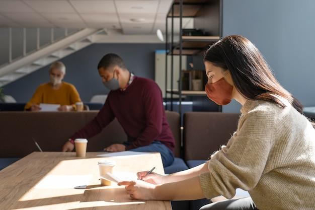 Gente de coworking en restricciones de covid