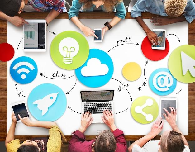 Gente creativa que trabaja concepto del icono de los medios sociales