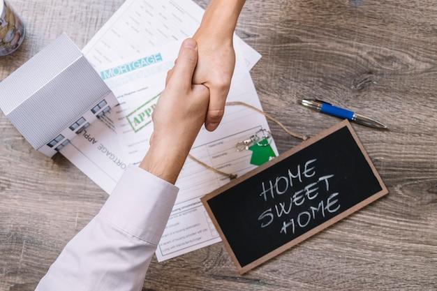 Gente de cultivos cerrando trato sobre hipoteca