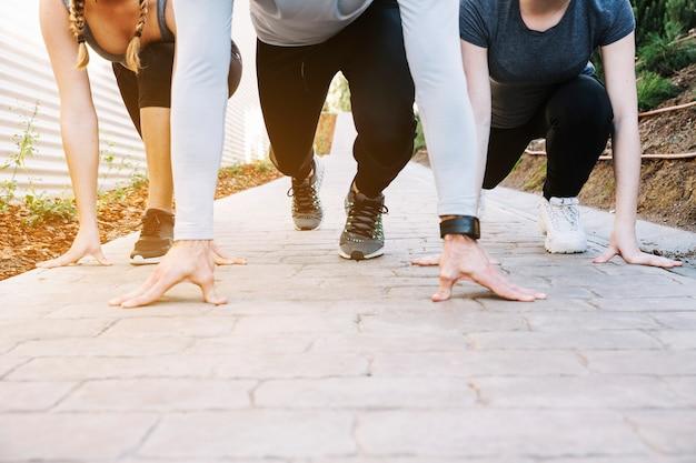 Gente de cultivos corriendo sobre el pavimento