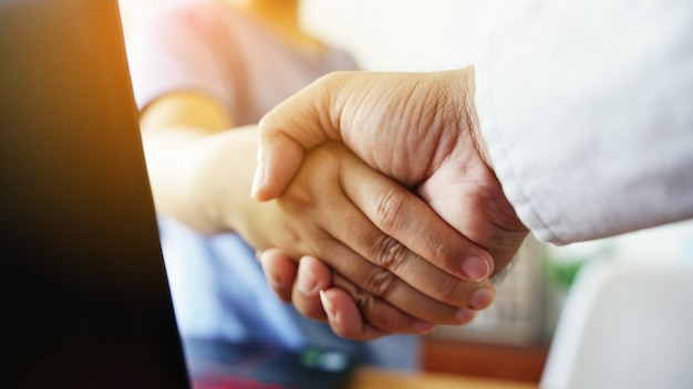 La gente se da la mano, exitoso, concepto de conexión de negocios