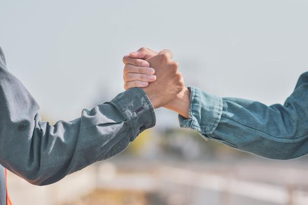 La gente se da la mano la relación el socio comunitario