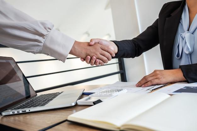 Gente dándose la mano después de cerrar un trato