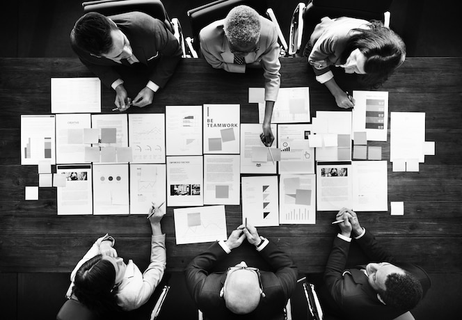 Gente de negocios analizando estadísticas concepto financiero