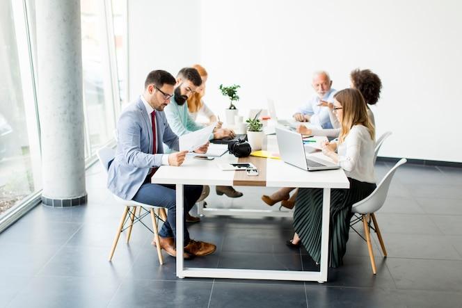 Gente de negocios discutiendo una estrategia y trabajando juntos en la oficina