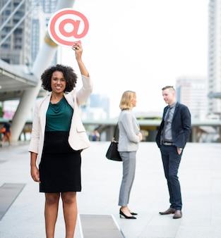 Gente de negocios exitosa y conectada