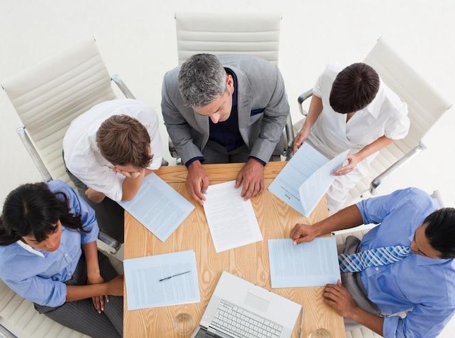 Gente de negocios internacionales concentrados estudiando un contrato