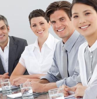 Gente de negocios internacionales sentado alrededor de una mesa de conferencias