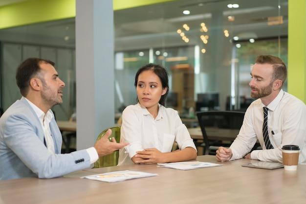 Gente de negocios, reunión y trabajo en el escritorio en la oficina