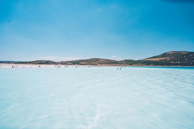 La gente descansando en la playa disfruta de las vacaciones de verano