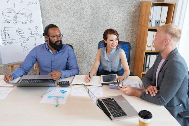 Gente discutiendo negocios en la reunión del departamento