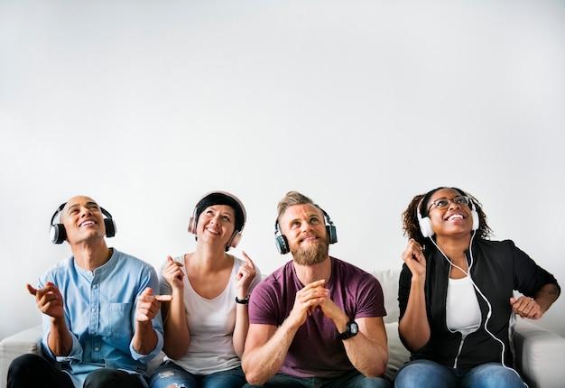 La gente disfruta la música en los auriculares.
