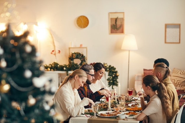 Gente disfrutando de una cena de navidad en un elegante interior