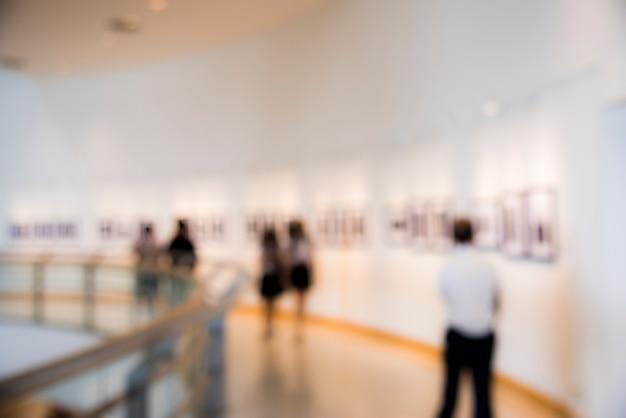 Gente disfrutando de una exposición de arte