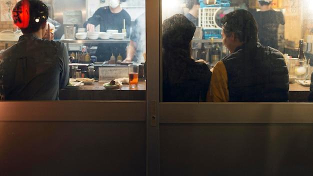 Gente disfrutando del patio de comidas tradicional japonesa