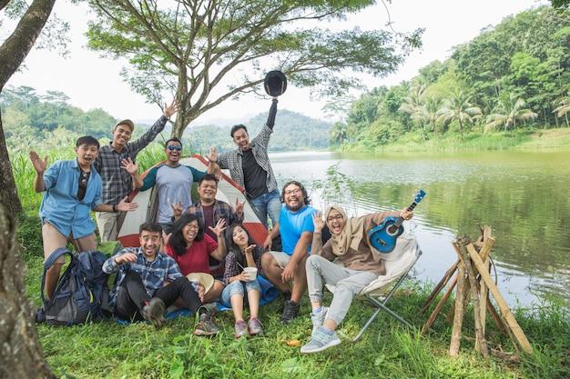 Gente disfrutando de sus vacaciones acampando juntos
