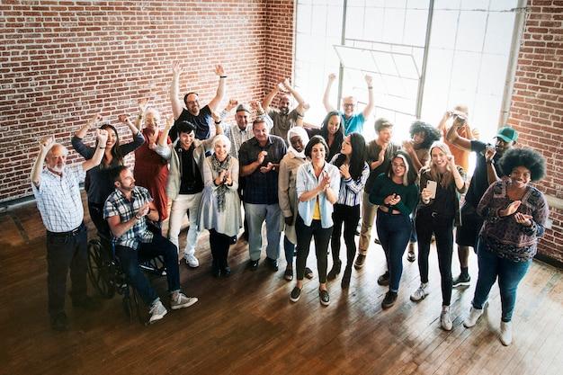 Gente diversa alegre en un taller