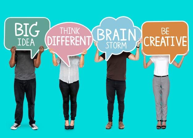 Gente diversa con burbujas de discurso de inspiración creativa.