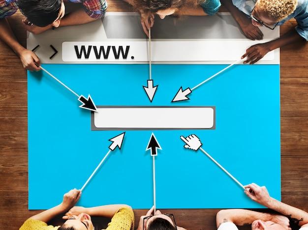 La gente diversa da a team browser illustration concept