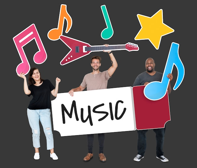 Gente diversa feliz sosteniendo iconos de música