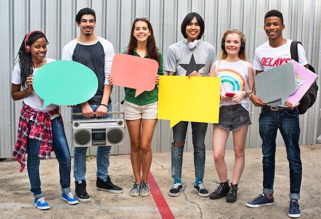 Gente diversa del grupo que lleva a cabo concepto de la burbuja del discurso
