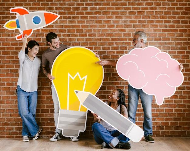 Gente diversa con iconos de ideas creativas.