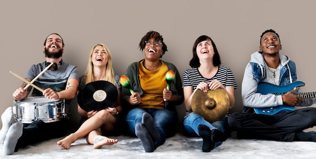 Gente diversa con instrumentos musicales