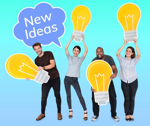 Gente diversa con nuevas ideas y bombillas brillantes.