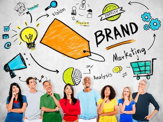 Gente diversa que piensa planeando concepto de la marca del márketing