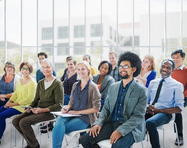Gente de la diversidad que encuentra concepto relajante de la comunicación del taller