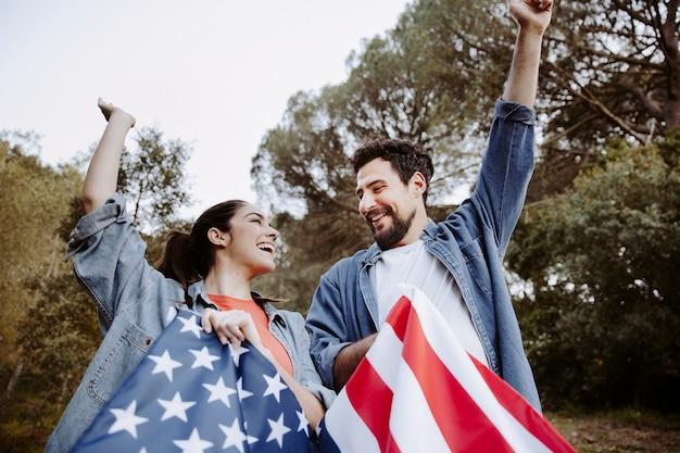 Gente divirtiéndose con bandera