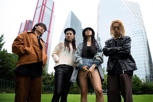 Gente elegante con ropa de estética k-pop.