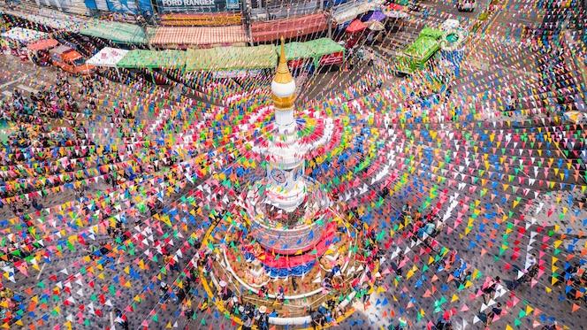 Gente en el festival de songkran en el centro de la provincia de sukhothai