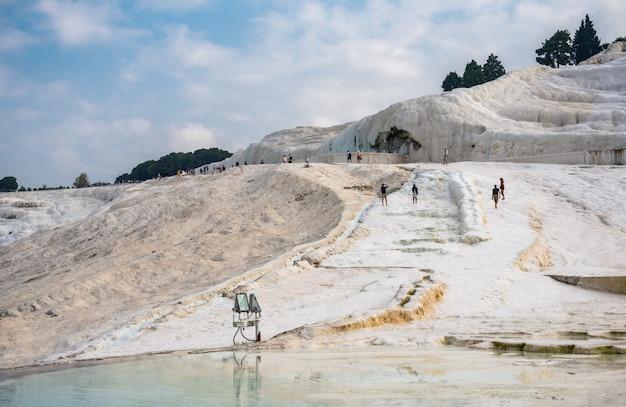 Gente escalando la colina de pamukkale en turquía