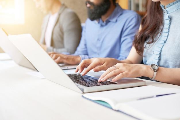 Gente escribiendo en computadoras