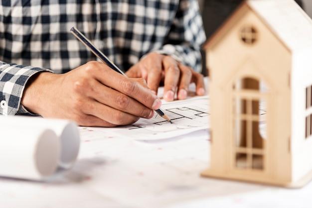 Gente escribiendo en el fondo y casa de madera