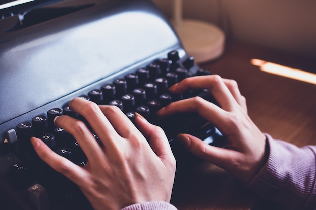 Gente escribiendo en el teclado