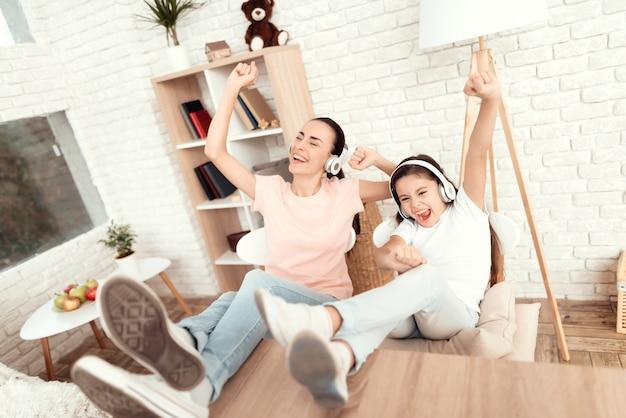 La gente escucha música con auriculares y se relaja en casa.