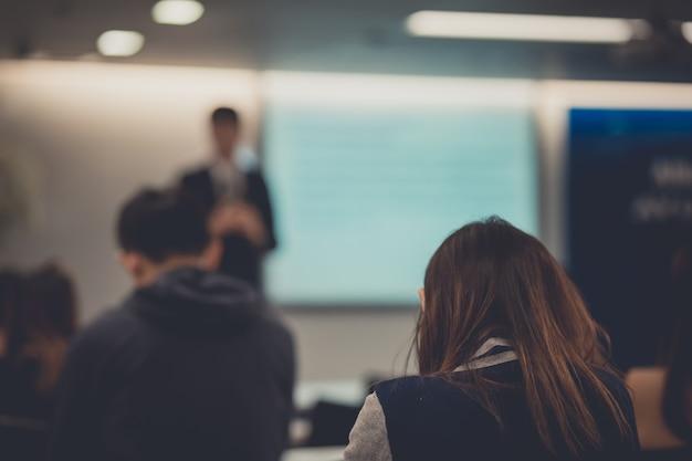 La gente está escuchando al orador hablando en una conferencia de negocios corporativa.