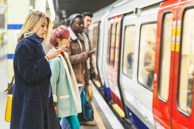 Gente esperando el tren en la estación de metro.