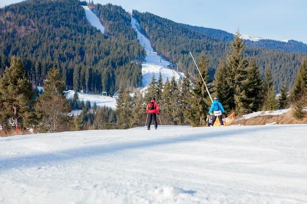 La gente del esquí y los telesillas de la región de esquí en ucrania.
