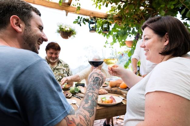 Gente feliz animando con vino