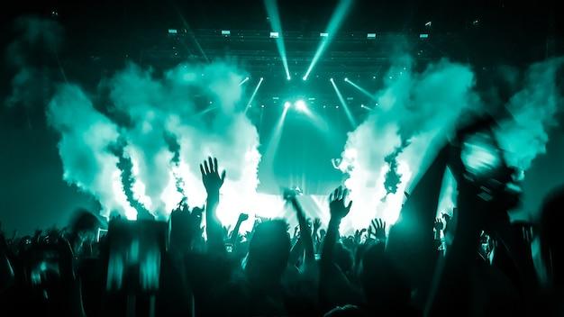 Gente feliz baila en concierto fiesta discoteca