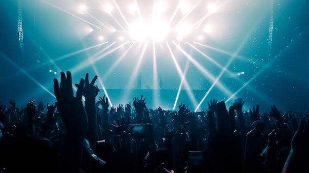 Gente feliz baila en concierto de fiesta en discoteca