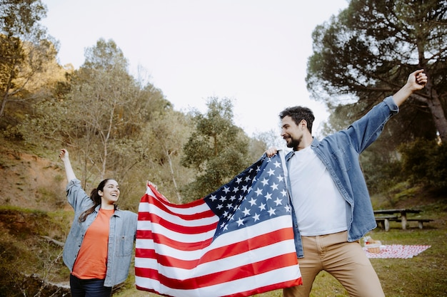 Gente feliz con bandera